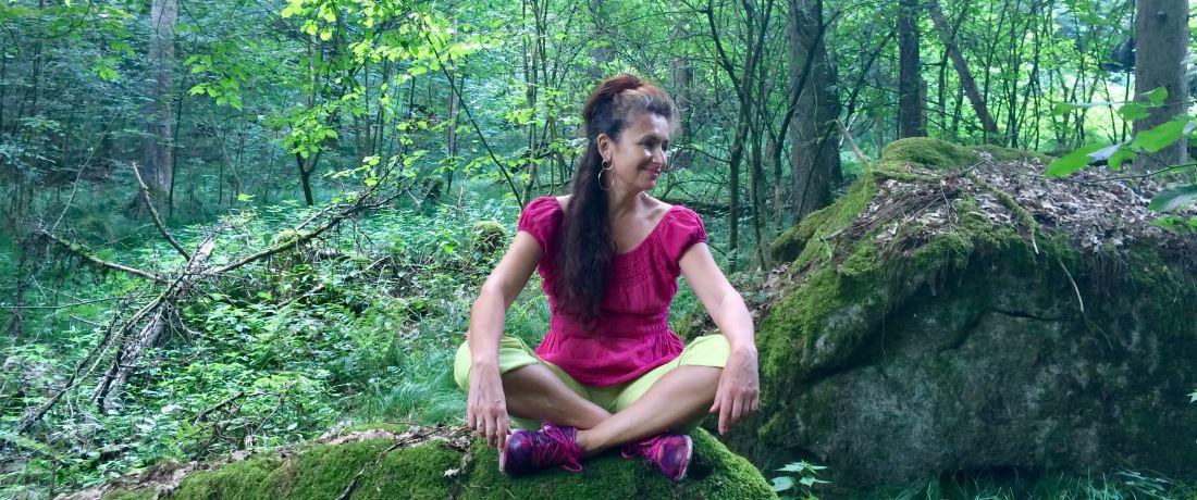 Veronika Lamprecht sitzt auf Moos